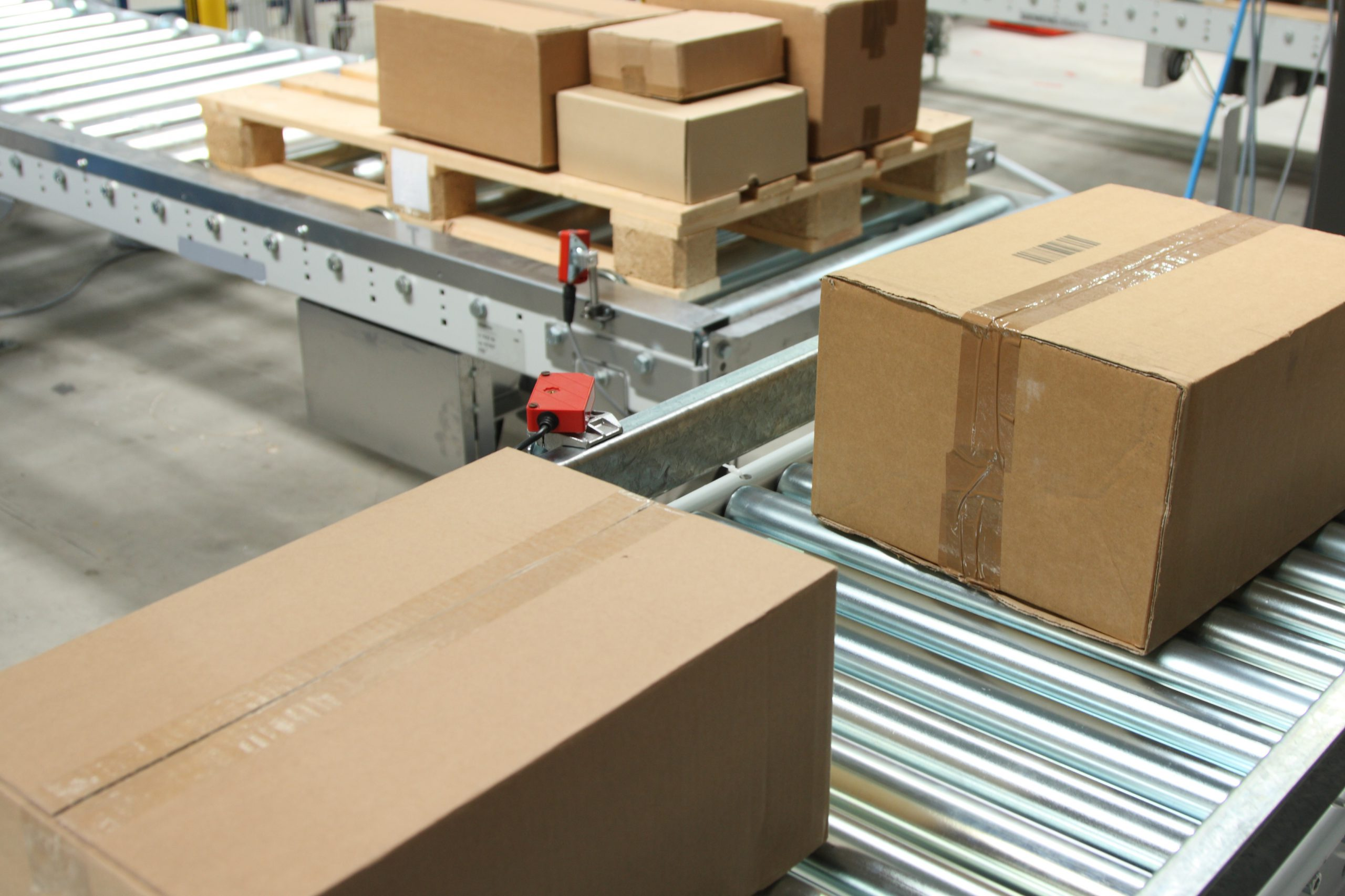 Kartons auf Transportband